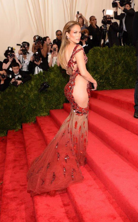 JLo defiland in rochie Versace la Gala de la Muzeul Metropolitan de Arta din New York City, 4 mai 2015 (Foto: Reuters)